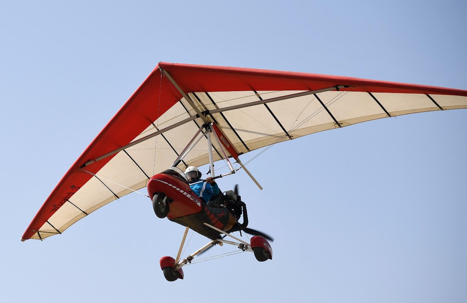 刘亦兵在飞行营地驾驶动力三角翼飞机(6月21日摄)。