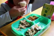 """食材发霉腐烂、荤菜变""""素面""""…给孩子吃的营养餐咋成了""""问题餐""""?"""