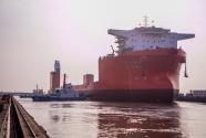 象屿海装首制60000吨远洋自航半潜船顺利出坞