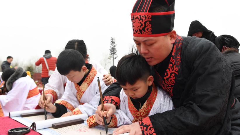 """西安学童""""开笔破蒙""""体验传统文化"""
