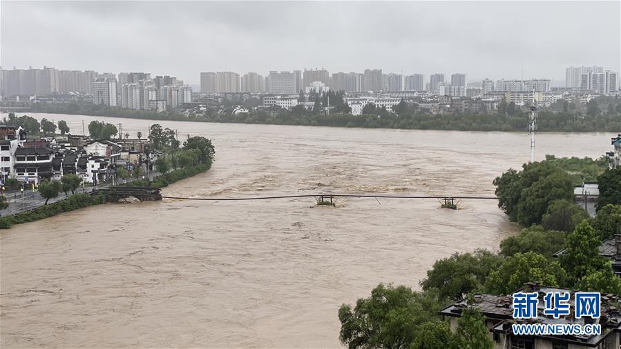 (社会)(1)安徽黄山屯溪老大桥被洪水冲毁