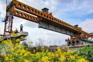 新港江北铁路倒水河特大桥架梁完成  中秋施工不停歇