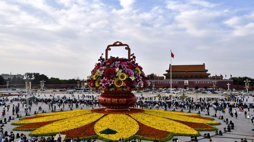 """天安门广场""""祝福祖国""""主题花坛成热门打卡地"""